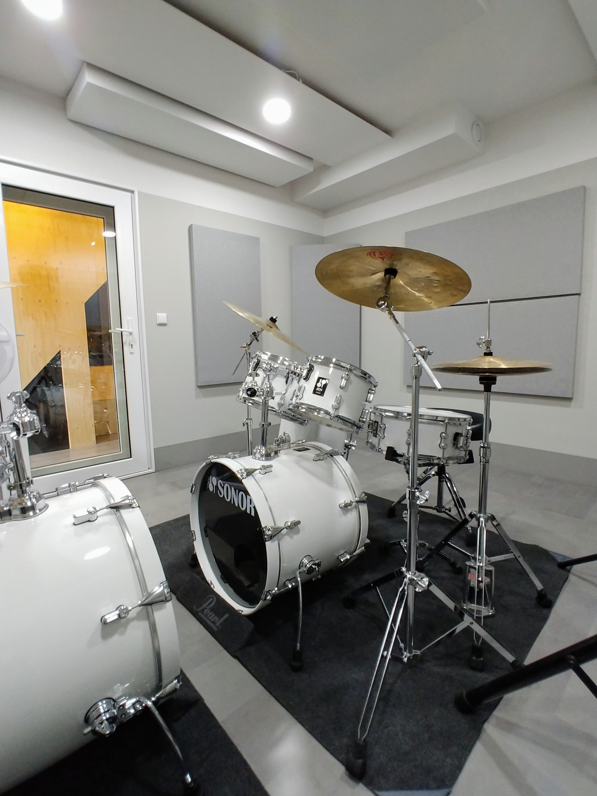Een wit Drumstel in drumstudio 2